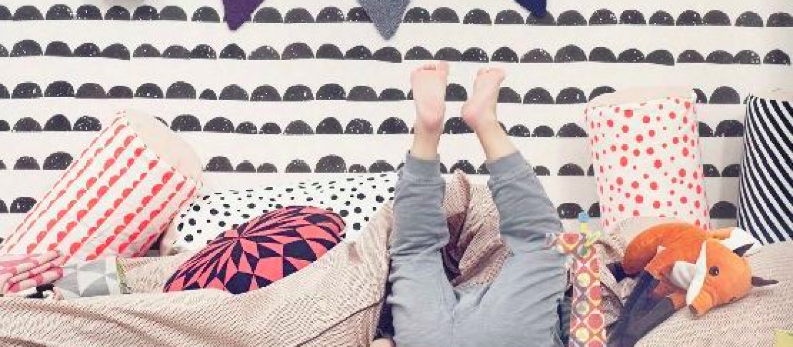 Une chambre en noir et blanc agrémentée d'un zeste de couleurs !