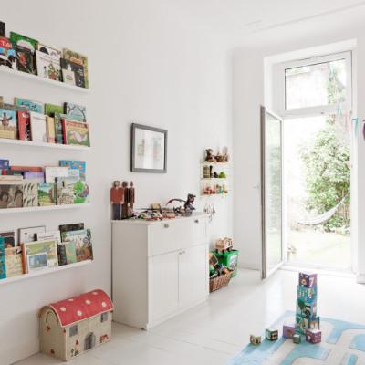 Des objets IKEA transformés en étagères pour les livres !