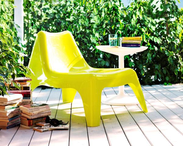 Un coin lecture dans ma cour for Table exterieur jaune